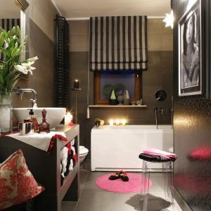 Łazienka w kobiecym stylu: błyszczące powierzchnie, piękne drobiazgi, kwiaty. Projekt: Monika Kantor. Fot. Bartosz Jarosz.