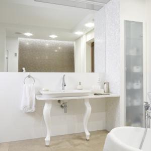 Piękna nowoczesna łazienka z kobiecymi akcetami. Projekt: Piotr Stanisz. Fot. Bartosz Jarosz.