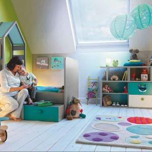 Meble dziecięce nie muszą być nudne. Łączenie ze sobą funkcji np. łóżka z półkami, to ciekawe rozwiązanie. Pasują do tego delikatne kolory i zabawne kształty. Fot. Galipette and Moulin Roty.