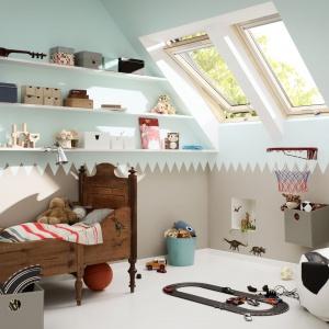 Aranżując pokój dziecka na poddaszu mamy pewność, że będzie to przestrzeń jasna i świetlista. Warto ją urządzić w jasnych kolorach. Fot. Velux.