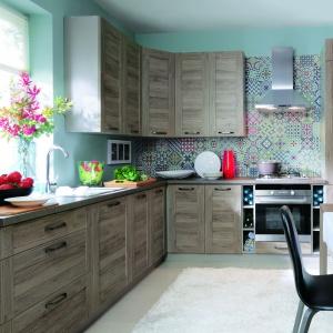 Producent mebli prezentuje wzorzystą aranżację jako tło dla swoich mebli. Ścianę nad blatem zdobią różnokolorowe patchworkowe wzory. Fot. Black Red White, meble z kolekcji Repaso.