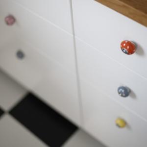 Ręcznie malowanych gałki meblowe przykują uwagę każdego estety. Fot. Re Gałka