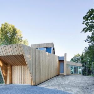 Bryła domu została zaprojektowana w zgodzie z nowoczesnymi trendami oraz podporządkowana naturalnemu ukształtowaniu terenu. Projekt: Paul Bernier architecte. Fot. Adrien Williams.