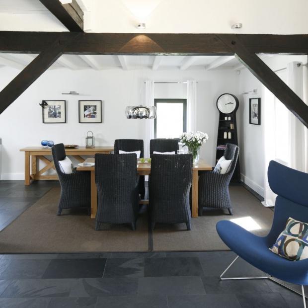 Fotel w salonie. Pięć propozycji w modnym kolorze