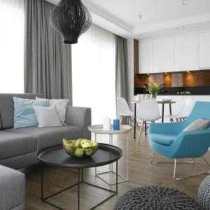W nowoczesnym wnętrzu niebieski fotel buduje ciepły przytulny klimat strefy wypoczynkowej. Projekt: Małgorzata Galewska. Fot. Bartosz Jarosz.