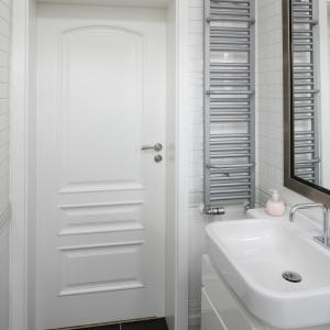 Łazienka jest wąska, dlatego trzeba było w niej zastosować specjalne rozwiązania, np. grzejnik o małej szerokości. Fot. Bartosz Jarosz.