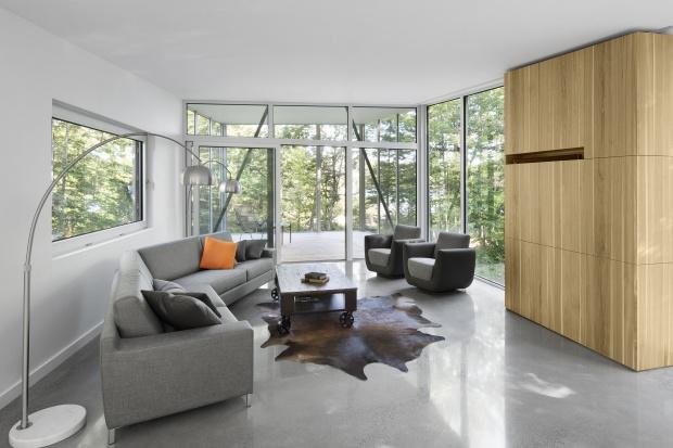 Nowoczesne wnętrze: dom w drewnie i betonie