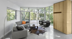 Duże przeszklenia, betonowe posadzki oraz dużo naturalnego drewna - tak urządzono ten oryginalny, nowoczesny dom.