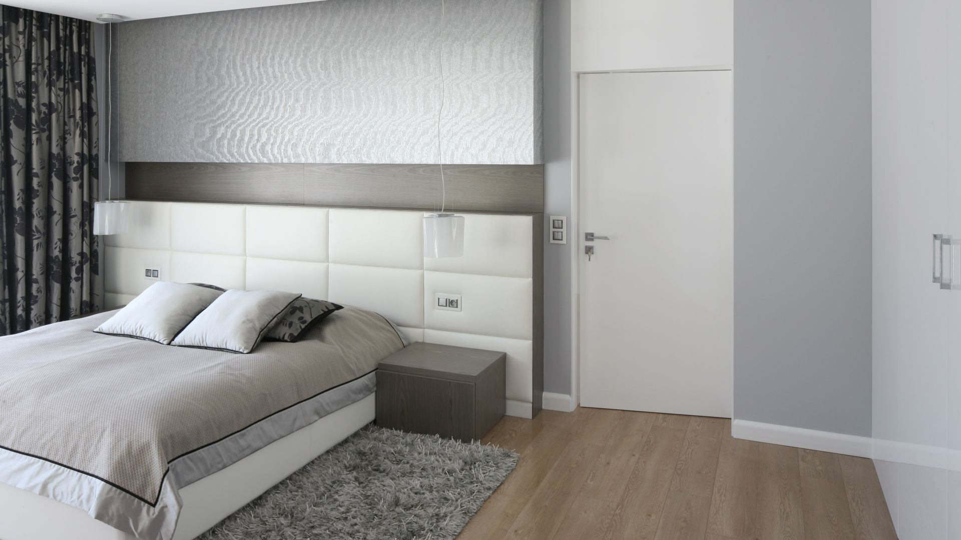 W sypialni urządzonej w bieli, możemy swobodnie łączyć różnorodne materiały i faktury, takie jak szkło z metalem, drewnem, betonem czy skórą. Na jasnej powierzchni będą one doskonale wyeksponowane. Projekt: Agnieszka Hajdas-Obajtek. Fot. Bartosz Jarosz.