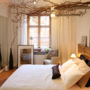 Naturalna aranżacja sypialni z dużą ilością prawdziwego drewna sprawi, że będziemy odpoczywać jak gdybyśmy byli na łonie natury. Projekt: Urszula i Jakub Górscy Fot. Bartosz Jarosz.