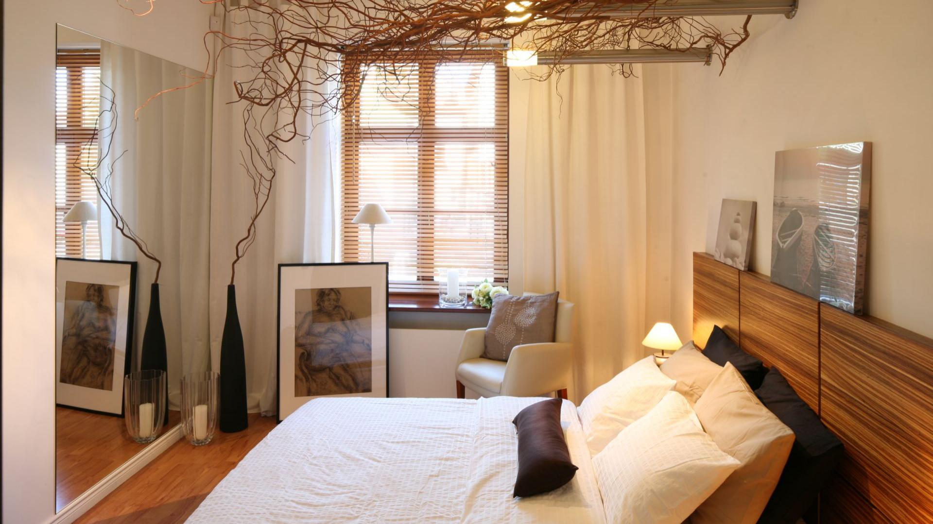 Naturalna aranżacja sypialni sprawi, że będziemy odpoczywać jak gdybyśmy byli na łonie natury. Projekt: Urszula i Jakub Górscy Fot. Bartosz Jarosz.