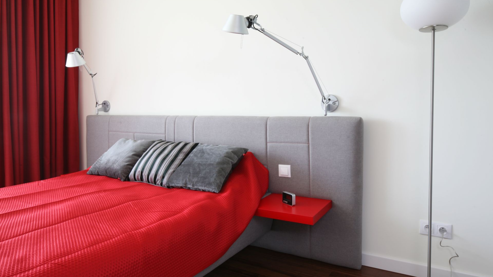 Czerwień to kolor zdecydowany. W sypialni może pobudzać i rozpalać emocje. Polecany jest szczególnie do sypialni małżeńskich. Projekt: Iza Szewc. Fot. Bartosz Jarosz.