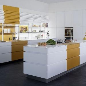 Fronty w tej nowoczesnej kuchni są dwukolorowe a przy tym mogą być zwijane niczym żaluzje. Praktyczne i pomysłowe rozwiązanie zastępuje tradycyjne drzwiczki szafek górnych. Fot. Leicht, kuchnia Tocco.