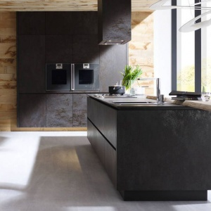 Piękna, designerska kuchnia, w której fronty mebli kuchennych wykonano z tworzywa ceramicznego. Ich delikatnie chropowata, wyglądająca jak przecierana, faktura nadaje styl i szyk przestrzeni kuchni. Fot. Alno, meble z programu Alnostar Cera.