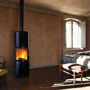 Wolno stojący piec Stub marki MCZ doskonale prezentuje się w dużej sypialni, ale i w małej. Nada pomieszczeniu przytulnego klimatu. Fot. MCZ.