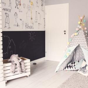 Najmłodsi mogą rysować po ścianie (pomalowanej farbą tablicową) i schować się podczas zabaw w uroczym namiocie. Projekt: Meblościanka Studio. Fot. Maua Fotografia.