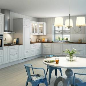 Piękna klasyczna kuchnia w prowansalskim stylu. Klasyczne meble kuchenne są białe, z delikatnym, niebieskawym zabarwieniem, a metalowe krzesła w jadalni to już błękit w mocnym wydaniu. Fot. Nettoline.