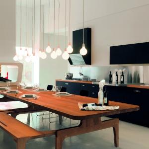 Takie połączenie drewna i koloru niebieskiego w ciemnym wydaniu sprawdzi się w dużej kuchni, jak również w otwartej strefie dziennej. Fot. Schiffini.