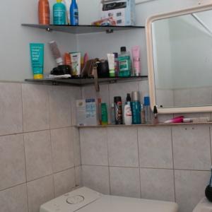 PRZED REMONTEM: Niemodne półki na kosmetyki szpeciły łazienkę.