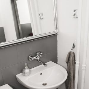 PO REMONCIE: Specjalną farbą do płytek pomalowano także rury oraz ramę lustra.