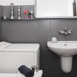 PO REMONCIE: Po pomalowaniu płytek ceramicznych specjalną farbą mała łazienka w weekend stała się modna i estetyczna.
