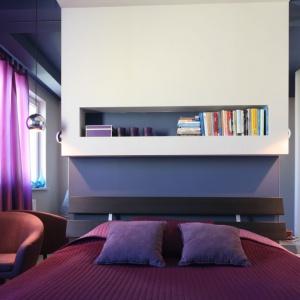 Półki nad łóżkiem to dobre miejsce na książki, które czytamy przed snem. Dzięki nim, możemy zrezygnować z tradycyjnych szafek nocnych przy łóżku. Projekt: Arkadiusz Grzędzicki. Fot. Bartosz Jarosz.