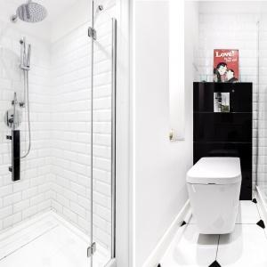 Białe kafle na ścianach łazienki nawiązują do ściany nad blatem w kuchni, podkreślając jednorodność i spójność całej aranżacji wnętrza. Projekt: Decoroom. Fot. Ayuko Studio.