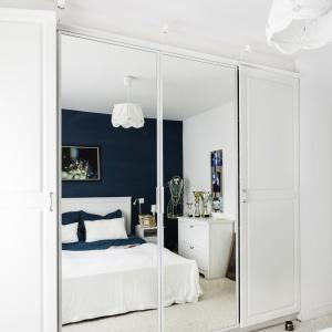 W sypialni Pani domu zaplanowano dużą, jasną szafę, pełniącą funkcję garderoby, której fronty wykończono taflami luster, co w znacznym stopniu powiększyło optycznie przestrzeń. Projekt: Decoroom. Fot. Ayuko Studio.