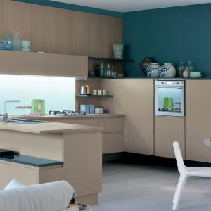 Model kuchni Extra.Go z frontami wykończonymi w macie i kolorze kawy z mlekiem. Z ciepłym odcieniem beżu harmonizuje drewniany dekor w podobnym wybarwieniu. Fot. Veneta Cucine.