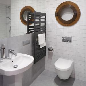 Duże lustro na ścianie za umywalką powiększa łazienkę. Fot. Bartosz Jarosz.