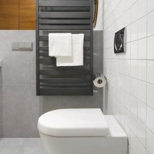 Szary grzejnik jest stylową dekoracją łazienki w nowoczesnym stylu. Fot. Bartosz Jarosz.