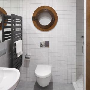 Nad sedesem jest pomysłowa szafka na papier toaletowy z drzwiczkami jak okrętowe okienko. Fot. Bartosz Jarosz.