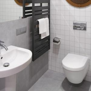 Łazienka jest mała. Aby zmieścił się prysznic, przesunięto ścianę. Fot. Bartosz Jarosz.