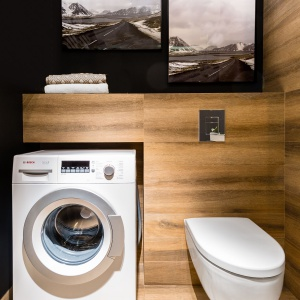 Obok wc wygospodarowano miejsce na pralkę. Projekt: Decoroom.