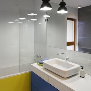 Szklana tafla oddzielające strefę umywalki od wanny doskonale sprawdzi się w niewielkiej łazience. Jest bowiem praktycznie niewidoczna. Projekt: Monika i Adam Bronikowscy. Fot. Bartosz Jarosz.