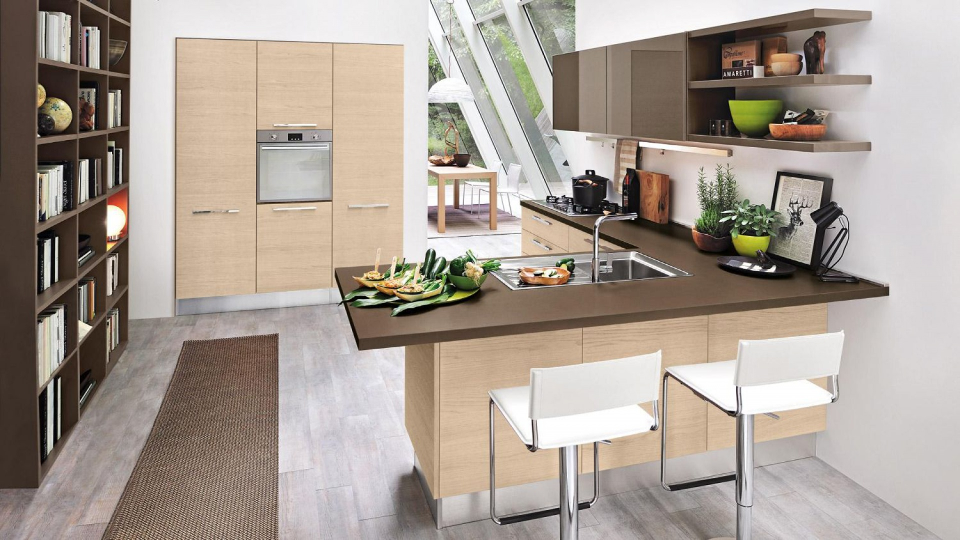 Wysoką zabudowę kuchenną wpasowano w niszę w ścianie, na której tle odznacza się kontrastującymi z bielą frontami w kolorze jasnego drewna. Fot. Cucine Lube, model Pamela.