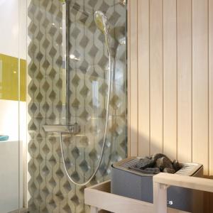 Do sauny wejść można jedynie poprzez strefę prysznicową. Wychodząc zaś, można schłodzić rozgrzane ciało. Fot. Bartosz Jarosz.