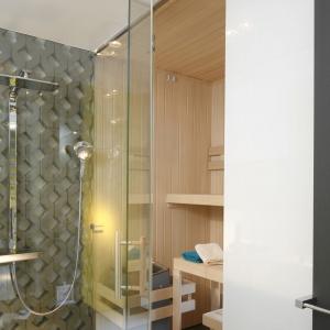 Kabina i sauna to autorski projekt projektantów z Hola Design. Wszystkie elementy zostały wykonane na specjalne zamówienie. Fot. Bartosz Jarosz.