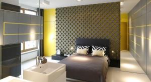 Sypialnia połączona z łazienką staje się coraz bardziej modna. To kontrowersyjne rozwiązanie ma wiele zalet. Zobaczcie jak pięknie prezentuje się w jednym z mieszkań w Warszawie.