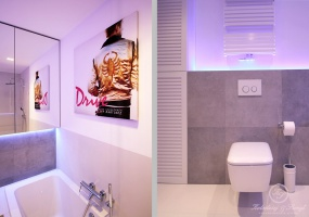 Plakat z ulubionym filmem właścicieli mieszkania znalazł swoje miejsce właśnie w łazience.