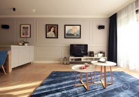 Dekorację główniej ściany w salonie stanowią sztukaterie ścienne, które nadają wnętrzu klasyczny i elegancki charakter