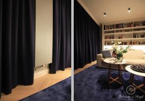 Atramentowe zasłony nawiązują do innych elementów dekoracyjnych aparatmentu czyli niebieskiego dywanu i krzeseł