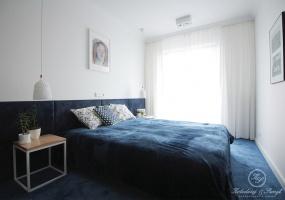 W sypialni postawiono na dwa kolory - biel i atrament.