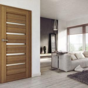 Drzwi Arco Alu dostępne w naturalnych barwach. Możemy wybierać spośród wąskich lub szerszych równoległych szkleń na całej długości drzwi w równych odstępach lub dwóch szkleń u góry skrzydła. Dostępne są również modele z jednym dużym przeszkleniem lub całkowicie go pozbawione. Fot. Pol-Skone.