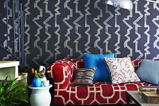 Ściana w salonie. Modne tapety