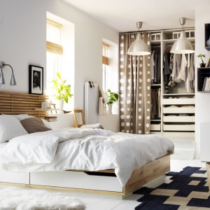 Łóżko Mandal doskonale sprawdzi się w mniejszej sypialni. Praktyczne szuflady pozwalają na przechowywanie pościeli, zaś w szczebelkowy zagłówek można wtykać małe półeczki. Fot. IKEA.