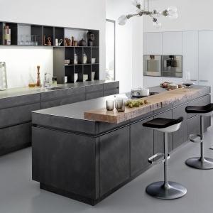 Fronty i korpusy tej kuchni pokryto prawdziwym, ręcznie nakładanym betonem. Efekt jest naprawdę super. Fot. Leicht, model Conrete-A.