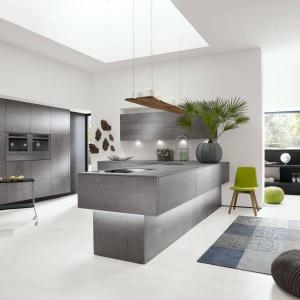 Idealne do nowoczesnej kuchni meble o geometrycznych, jasnych formach i efektownych frontach. Wykonane z ceramicznego tworzywa do złudzenia przypominają beton. Fot. Alno, meble z programu Alnocera, model Concretto.
