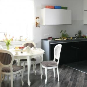 Czarno-białą kuchnię wpasowano w niewielką wnękę, która otwiera się na sąsiadującą jadalnię. Projekt: Agnieszka Ludwinowska. Fot. Bartosz Jarosz.