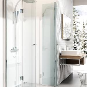 Możliwość montażu bez brodzika – kabina prysznicowa Kerria firmy Deante. Fot. Deante.